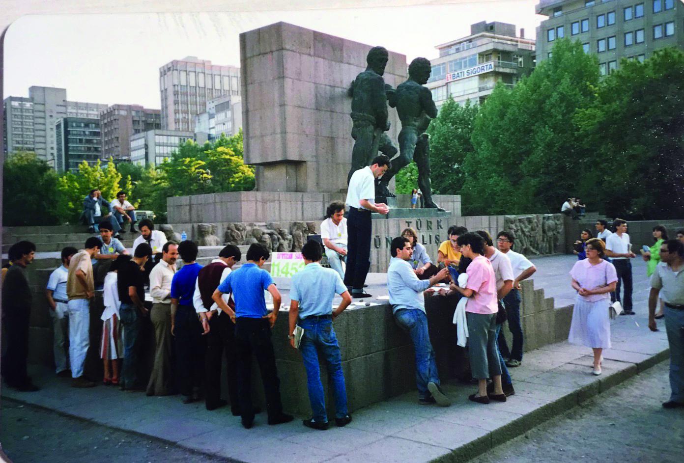 """""""Otopark değil Güvenpark"""" kampanyası için her cumartesi günü Güven anıtının önünde toplanıyorduk."""